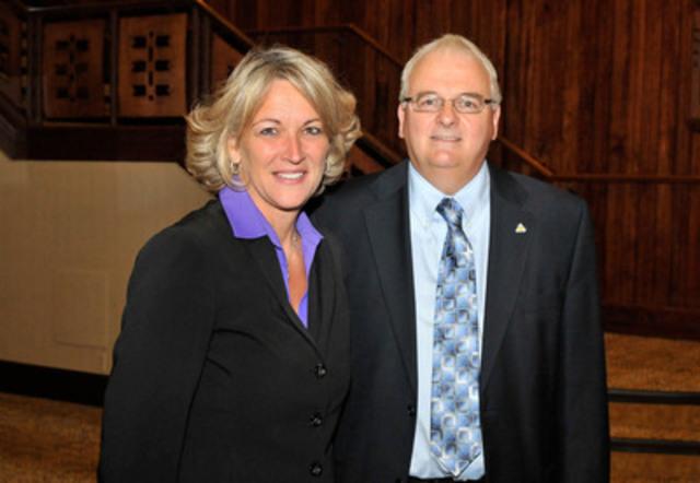 Madame Lise Thériault, ministre du Travail et M. Jean Pouliot, président de l'ACQ. (Groupe CNW/ASSOCIATION DE LA CONSTRUCTION DU QUEBEC)