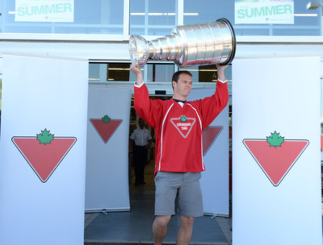 Jonathan Toews stops by local Canadian Tire in hometown of Winnipeg to share recent Stanley Cup win. (CNW Group/CANADIAN TIRE CORPORATION, LIMITED)