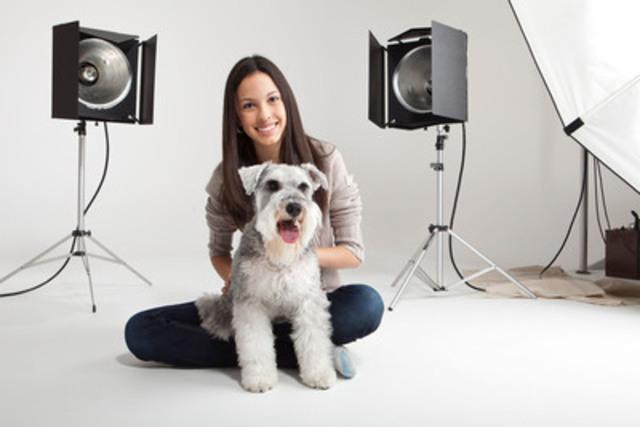 Le grand gagnant du concours Casting Fido, le chien Speedy, et sa maîtresse Camila Gonzalez de passage à Montréal pour un traitement VIP comprenant notamment une séance de photo pour une prochaine publicité de Fido. (Groupe CNW/CASTING FIDO)