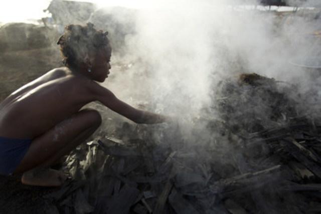 © UNICEF/UNI129897/Asselin Une fille trie du charbon chaud à mains nues dans un site de production de charbons de bois en périphérie de San Pédro, une ville au sud-ouest de la Côte d'Ivoire. Les adultes et les enfants non scolarisés qui y travaillent sont exposés à la fumée dangereuse et aux émanations du charbon de bois sept jours sur sept. (Groupe CNW/UNICEF Canada)