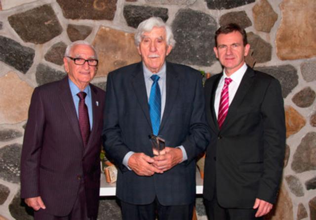 Dans l'ordre habituel, Donat Roy, le récipiendaire Raymond Bergeron et Michel Bonnet président du CA du CILQ. (Groupe CNW/CONSEIL DES INDUSTRIELS LAITIERS DU QUEBEC (CILQ))