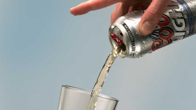Dotée d'un orifice de ventilation supplémentaire, cette canette permet de verser la bière tout en douceur, améliorant ainsi l'expérience de dégustation. (Groupe CNW/Molson Coors Canada)
