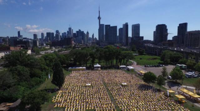 Lolë White Tour 2015: Thousands of yogis unite at Toronto's Fort York (CNW Group/ROI Relations)