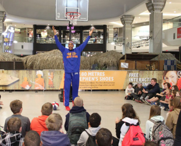 """Julian """"Zeus"""" McClurkin of the Harlem Globetrotters at the West Edmonton Mall entertaining kids at World Vision's One Life Experience booth. (CNW Group/World Vision Canada)"""