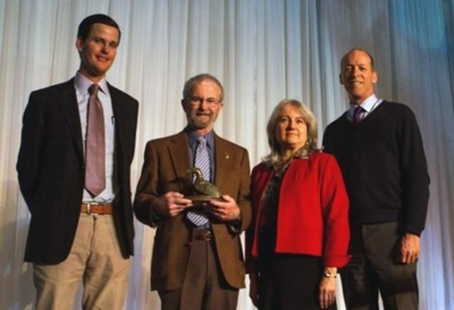 M. Ian Stirling (deuxième en partant de la gauche) reçoit le prix de la famille Weston, pour les réalisations de toute une vie dans le domaine des recherches nordiques, des mains de MM. Geordie Dalglish (à gauche) et Garfield Mitchell (à droite), de la Fondation W. Garfield Weston, et de Mme Monique Bernier, de l'Association universitaire canadienne d'études nordiques. Le prix annuel de 50 000 $ était remis aujourd'hui à l'occasion de la Réunion scientifique annuelle 2015 d'ArcticNet à Vancouver. (Groupe CNW/The W. Garfield Weston Foundation)