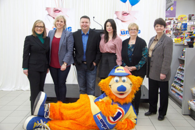 The three Moissons food banks with spokespeople of the Great Food Drive for Children, Ève-Marie Lortie and Claudia Marques, as well as Monique Vallée, City Councillor and Member of the Executive Committee and Uniprix mascot UGO. (CNW Group/MOISSON MONTREAL)
