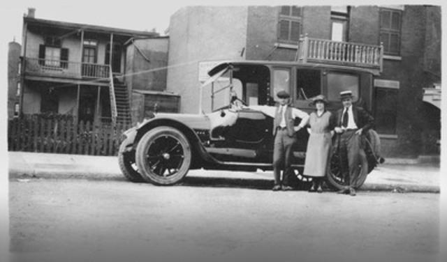De gauche à droite Alfred Dallaire, sa sœur et son beau-frère, rue Montgomery dans Hochelaga, dans les années 1920 (Groupe CNW/Alfred Dallaire Memoria)