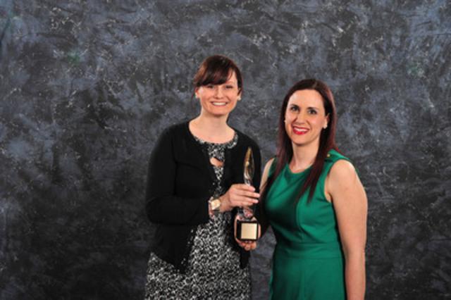 Julie-Catherine Racine et Christina Antoniou de Pfizer Canada acceptent le Prix d'excellence or en relations médiatiques (par une agence). (Groupe CNW/Société canadienne des relations publiques)