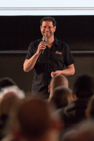 Steve Beauchesne, directeur général et co-fondateur de Beau's, partageant l'annonce aux employés. (Crédit photo : Brendan Coutts) (Groupe CNW/Beau's All Natural Brewing Company)