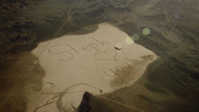 Un père astronaute a pu lire le message de sa fille écrit en lettres géantes dans un lac asséché et prendre une photo à partir de la Station spatiale internationale. (Groupe CNW/Hyundai Auto Canada Corp.)