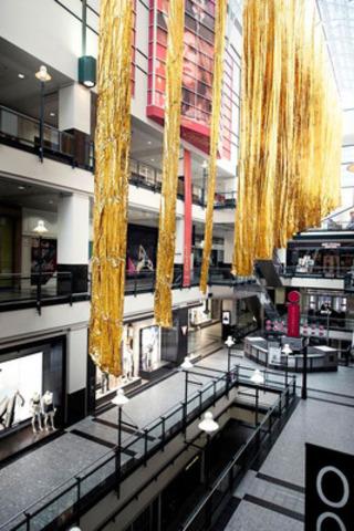 L'installation urbaine Distorsion, du studio de création montréalais Interactif, au Centre Eaton de Montréal (crédit photo : L'Hibou)  (Groupe CNW/Jour de la Terre Québec)