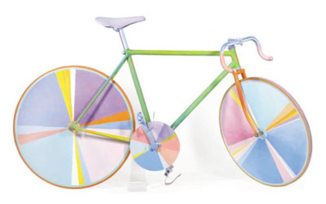 Funny Bicycle, une rare sculpture grandeur nature de Gregory Curnoe, se démarque sur la page couverture du catalogue d'art canadien d'après-guerre et contemporain de la Maison Heffel (oeuvre évaluée entre 75 000$ et 95 000$). (Groupe CNW/Heffel Gallery Limited)