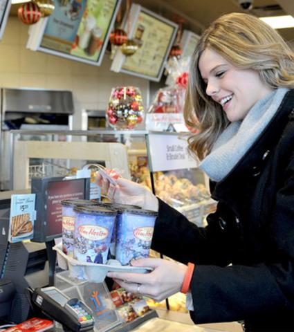 Du 18 au 22 décembre, Tim Hortons fera des heureux avec son initiative « Notre façon de vous dire merci! » dans plus de 3 000 restaurants de partout au Canada. Des milliers d'invités seront surpris de recevoir leur commande en cadeau. (Groupe CNW/Tim Hortons Inc.)