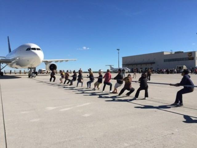 Le 24 septembre dernier, UPS Canada a organisé une activité de tir d''avion qui a permis d''amasser plus de 13 000 $ en soutien à Centraide de Burlington et de la grande région d''Hamilton. Des équipes composées de 15 personnes ont uni leurs efforts pour enregistrer le chrono le plus rapide en tirant un Airbus d''UPS, dont le poids est de 200 000 lb, sur une distance d''environ 15 mètres. En 2016, UPS Canada a organisé quatre événements de ce type à Toronto, Vancouver, Calgary et Hamilton. Elle a ainsi amassé plus de 190 000 $ au profit de Centraide et contribué à bâtir des collectivités plus solides partout au Canada. (Groupe CNW/UPS Canada Ltee.)
