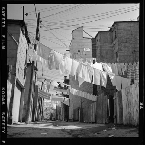 La ruelle, 1957. BAnQ Vieux-Montréal, fonds André Sima. Photographe : André Sima. Voir description complète à la fin du communiqué. (Groupe CNW/Bibliothèque et Archives nationales du Québec)
