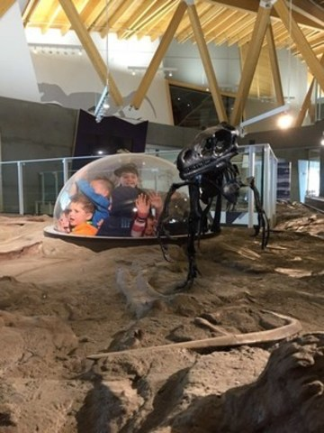 Children playing with dinosaurs at Philip J. Currie Dinosaur Museum (CNW Group/Philip J. Currie Dinosaur Museum)