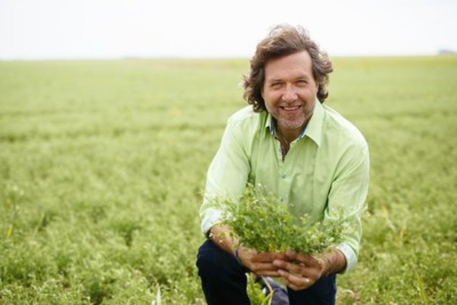Chef Michael Smith in a Canadian lentil field (photo credit David Stobbe / Stobbephoto.ca) (CNW Group/Pulse ...