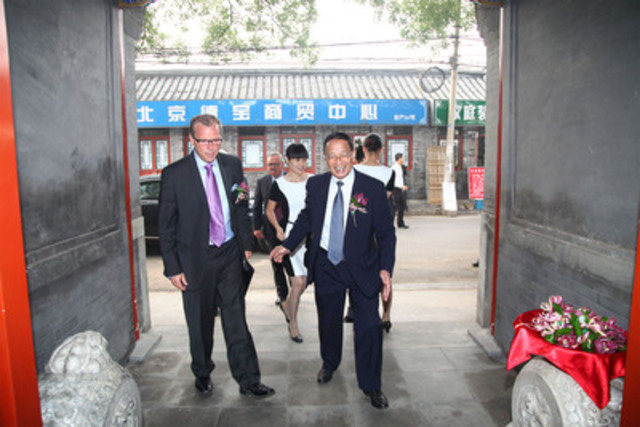Mr. Qu Wenchu, Senior Vice President Government Relations, Huawei welcomes Premier Brad Wall of Saskatchewan to Huawei's ceremonial courtyard in Beijing (CNW Group/Huawei)