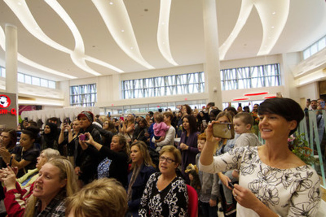 Crowds gather to celebrate Oshawa Centre's grand opening following a $230 million redevelopment and expansion by Ivanhoé Cambridge. (CNW Group/Ivanhoé Cambridge)