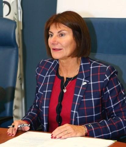 Mme Chantal Deschamps, mairesse de Repentigny, a tenu à souligner l'apport inestimable de M. Jean-Paul L'Allier au monde municipal. (Groupe CNW/Ville de Repentigny)