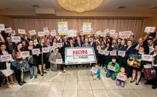 Le maire de Laval, Marc Demers entouré de plus de 150 citoyens venus l'appuyer lors du dépôt à la CMM du mémoire de Laval contre le projet Énergie Est (Groupe CNW/Ville de Laval)