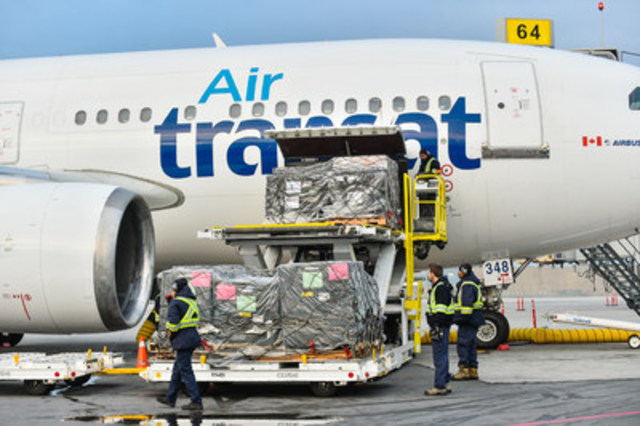 Loading of the cargo in Montreal. (CNW Group/Transat A.T. Inc.)