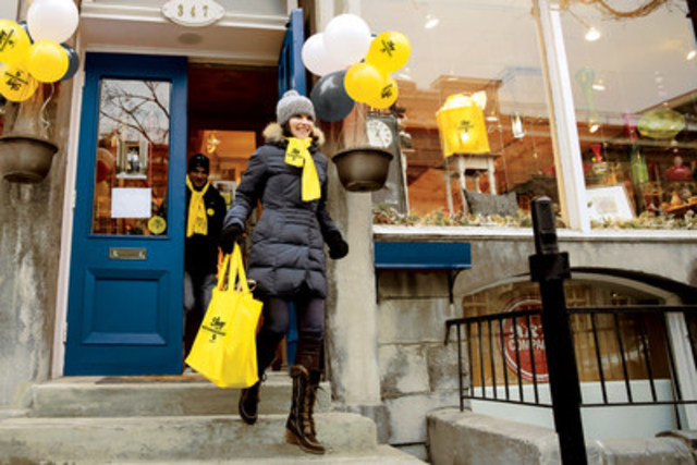 Making a local purchase during the Shop The Neighbourhood event. (CNW Group/Yellow Pages)