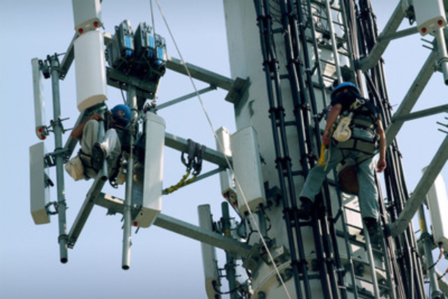 Bell technicians install 4G LTE network equipment at a cell site in an industrial area in suburban Toronto. Bell's LTE network launches September 14 (CNW Group/BCE & BELL CORPORATE & FINANCIAL)