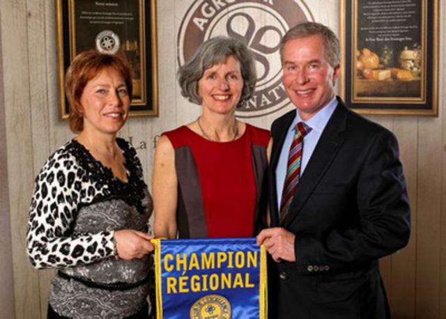 De gauche à droite : Mme Céline Delhaes, administrateur, Mme Jane Burke et M. Paul Meldrum (Groupe CNW/AGROPUR)