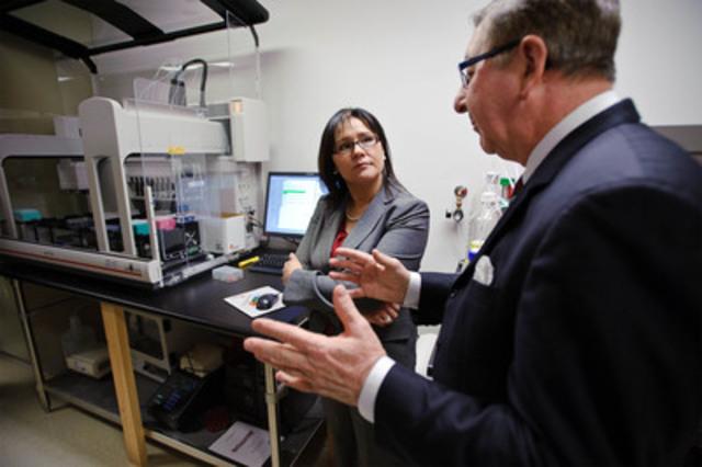 La ministre Aglukkaq a annoncé aujourd'hui le renouvellement du partenariat entre le gouvernement du Canada et Rx&D pour la recherche clinique au Canada. La ministre de la santé en a fait l'annonce à l'Institut de cardiologie de l'Université d'Ottawa où elle a visité le Centre canadien de génétique cardiovasculaire Ruddy. (Groupe CNW/Instituts de recherche en santé du Canada)