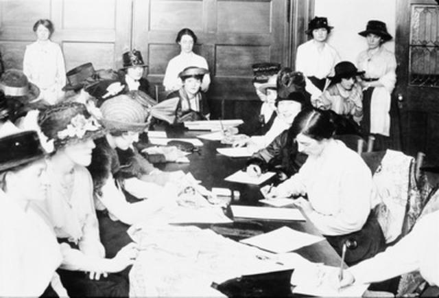 Cours d'infirmières auxiliaires au Y des femmes de Montréal, durant la Première Guerre Mondiale (vers 1915) © Y des femmes de Montréal (Groupe CNW/Y DES FEMMES DE MONTREAL / YWCA MONTREAL)
