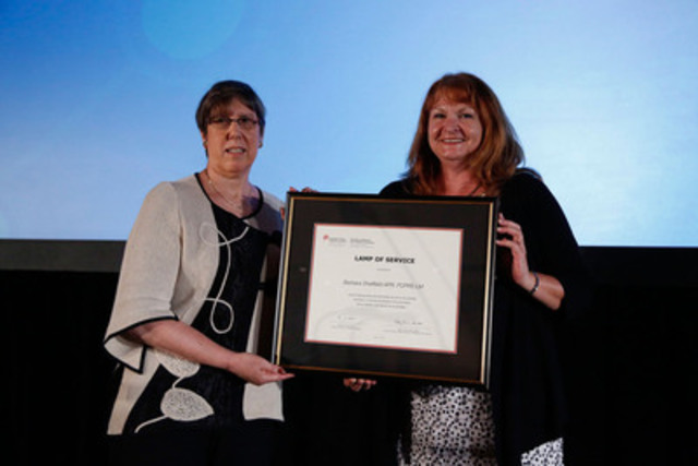 Barbara Sheffield APR, FCPRS LM (left) accepts her CPRS Lamp of Service certificate from Robyn Quinn APR, FCPRS, National Awards Presiding Officer, CPRS. (CNW Group/Canadian Public Relations Society)