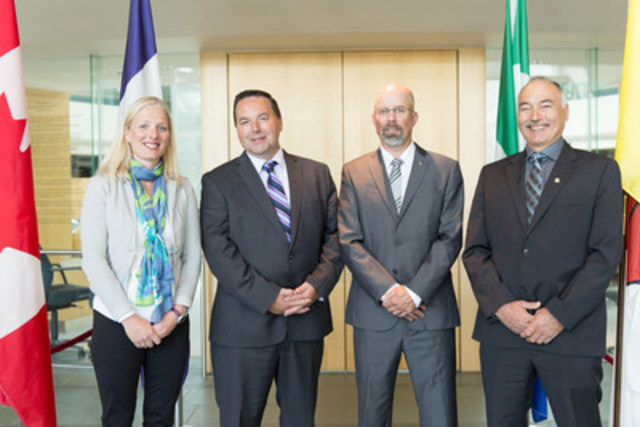 La ministre McKenna s'entretient avec le ministre de l'Environnement et des Ressources naturelles du gouvernement des Territoires du Nord-Ouest, l'honorable Wally Schumann, le ministre de l'Environnement du gouvernement du Yukon, l'honorable Wade Istchenko, et le ministre de l'Environnement du gouvernement du Nunavut, l'honorable Joe Savikataaq, à Yellowknife, aux Territoires (Groupe CNW/Environnement et Changement climatique Canada)
