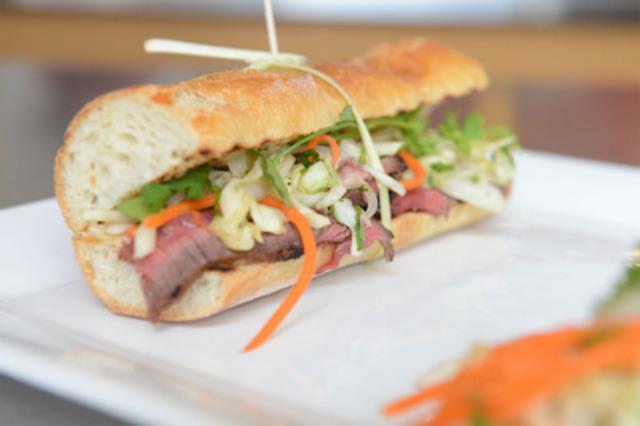 Le « Banh Mi » au bifteck à la citronnelle nommé Meilleur sandwich au Canada par la Boulangerie ACE et Lynn Crawford (Groupe CNW/Boulangerie ACE)