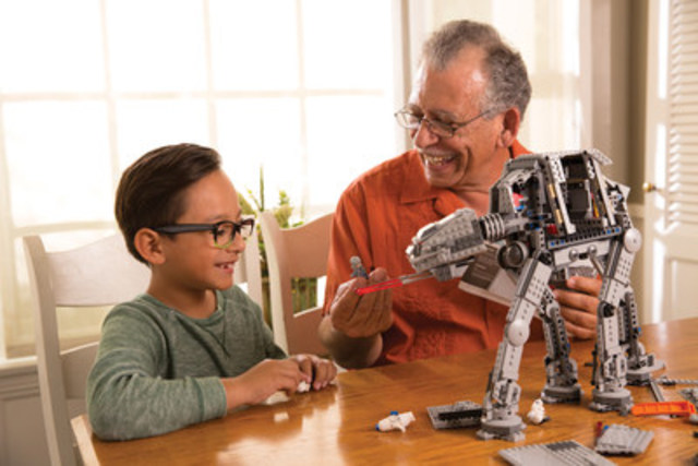 Evergreen imagery of fans and families with Star Wars products. (CNW Group/Disney Consumer Products)
