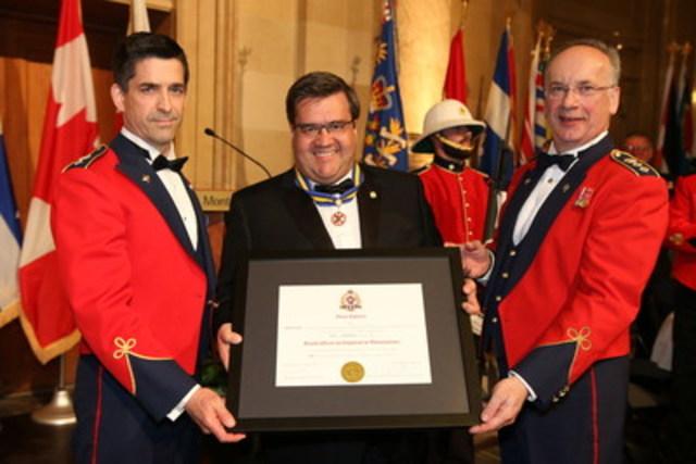 De gauche à droite : Lieutenant-colonel Jean-François Latreille, commandant du Régiment de Maisonneuve, M. Denis Coderre, maire de Montréal et Colonel Chouinard, colonel honoraire du Régiment de Maisonneuve. (Groupe CNW/Quartier-général 34e Groupe-brigade du Canada)