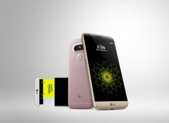LG debuts the G5, its first ever modular smartphone at Mobile World Congress 2016 (CNW Group/LG Electronics Canada)