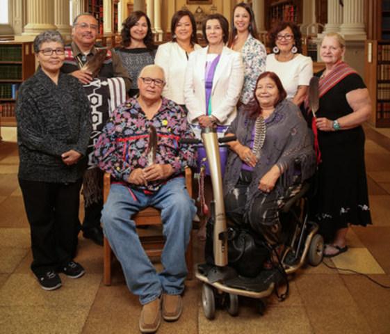 Le Barreau du Haut-Canada a créé le groupe consultatif autochtone (IAG), pour donner des conseils sur les enjeux autochtones. La formation du groupe IAG est une partie cruciale de la stratégie autochtone renouvelée du Barreau. De gauche à droite, première rangée : l'ainé Doug Williams et l'ainée Wanda Whitebird. Rangée du fond, de gauche à droite : l'ainée Julia Putulik, l'ainé Myeengun Henry, Cassandra Baars, Candice Metallic, la présidente de IAG par intérim Kathleen Lickers, Sheila Warner, Audrey Huntley et la sénatrice métisse Constance Simmonds. Absents sur la photo : Margaret Froh et Roger Jones. (Groupe CNW/Barreau du Haut-Canada)