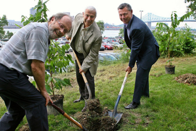 Pierre Belec, General Manager of SOVERDI, Alain Lemaire, Executive Chairman of the Board of Cascades and François Dumontier, President and CEO of Octane Racing Group and President of Formula 1 Grand Prix du Canada, during the symbolic planting of trees on île Ste-Hélène at Parc Jean-Drapeau. (CNW Group/CASCADES INC.)