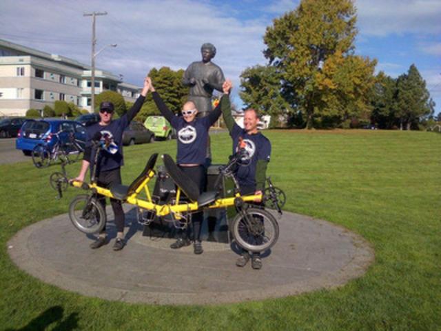 Bob MacDonald, Craig Aucoin et Lloyd McLean ont terminé Le tour de Craig au monument commémoratif Terry-Fox de Victoria (C.-B.) le dimanche 27 octobre. (Groupe CNW/Le tour de Craig)