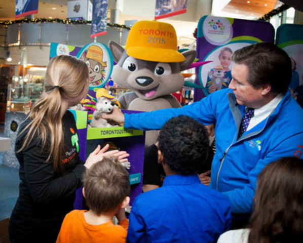 Rosie MacLennan and Ian Troop help fill the retail shelves at the CN Tower gift shop with the first available PACHI plush. Shown here are (from left to right) Rosie MacLennan, Olympic, World Championship and Pan Am gold medallist, trampoline; Ian Troop, chief executive officer, TO2015; PACHI, the official mascot of the TORONTO 2015 Games; and PACHI's helpers. (CNW Group/Toronto 2015 Pan/Parapan American Games)