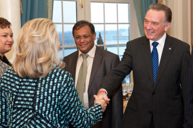 Le ministre de l'Environnement du Canada, l'honorable Peter Kent, en compagnie de la secrétaire d'État des États-Unis, Hillary Clinton. (Groupe CNW/Environnement Canada)