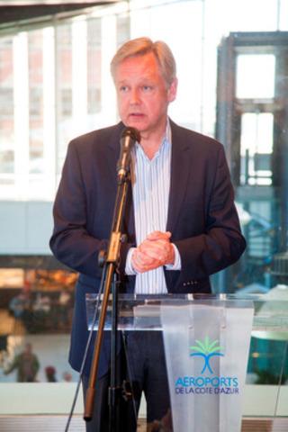 Le président et chef de la direction d'Air Canada rouge, Michael Friisdahl, répond aux questions des journalistes à l'arrivée à Nice le 23 mai. Les vols saisonniers desservant la Côte d'Azur sont exploités trois fois par semaine au départ de Montréal avec un Boeing 767 de 264 sièges (Groupe CNW/Air Canada rouge)