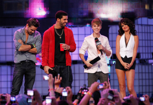 Co-host Selena Gomez hits a home run on stage; Bieber and Drake surprise fans together with unannounced appearance (CNW Group/News - Media)