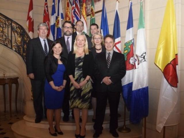 Deuxième rangée (de gauche à droite) : L'honorable Glen Murray, ministre de l'Environnement et de l'Action en matière de changement climatique, gouvernement de l'Ontario; L'honorable David Heurtel, ministre du Développement durable, de l'Environnement et de la Lutte contre les changements climatiques, gouvernement du Québec; L'honorable Herb Cox, ministre de l'Environnement et des Parcs, gouvernement de la Saskatchewan; L'honorable Randy Michael Delorey, ministre de l'Environnement, gouvernement de la Nouvelle-Écosse; L'honorable Mary Ruth Polak, ministre de l'Environnement, gouvernement de la Colombie-Britannique; Première rangée (de gauche à droite) : L'honorable Shannon Rosella Phillips, ministre de l'Environnement et des Parcs, gouvernement de l'Alberta; L'honorable Catherine McKenna, ministre de l'Environnement et du Changement climatique, gouvernement du Canada; L'honorable Thomas George Nevakshonoff – ministre de la Conservation et de la Gestion des ressources hydriques, gouvernement du Manitoba (Groupe CNW/Environnement et Changement climatique Canada)