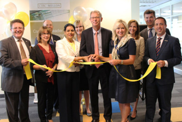 Ribbon cutting ceremony during CIBC Mellon's opening event at its new Mississauga location, 55 Standish Court. (CNW Group/CIBC Mellon)