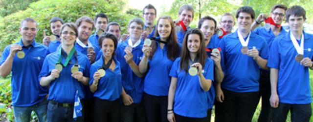 Les 17 médaillés de l'équipe du Québec lors des 19es Olympiades canadiennes des métiers et des technologies à Vancouver. (Groupe CNW/COMPETENCES QUEBEC)
