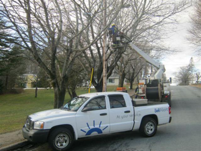 Un technicien installe la fibre pour le projet FibreOP à Bridgewater, rue Alexandra (Groupe CNW/BELL ALIANT INC. - FRANCAIS)