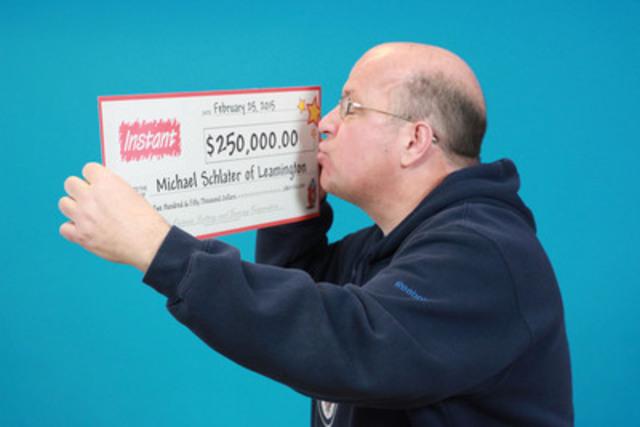 Michael Schlater de Leamington, gagnant de 250 000 $ avec INSTANT CADILLAC® RICHES au Centre des prix OLG à Toronto (Groupe CNW/OLG Winners)