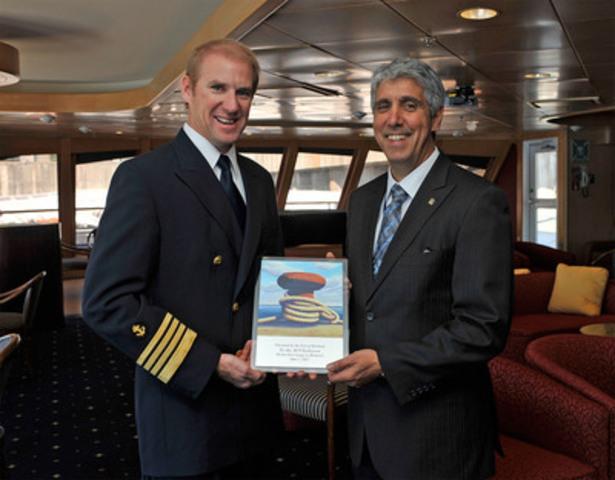 Le capitaine Jim Abbruzzi reçoit une plaque commémorative de Tony Boemi, vice-président, croissance et développement à l'Administration portuaire de Montréal, pour souligner le premier voyage du M/V Yorktown au Port de Montréal. (Groupe CNW/PORT DE MONTREAL)